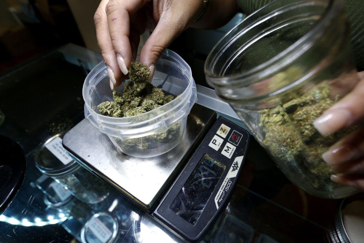 El gobernador J.B. Pritzker lanzó la propuesta de cannabis recreativo a principios de este mes.