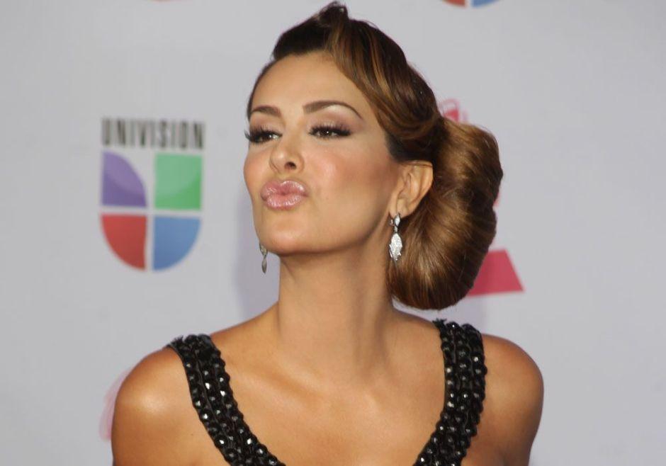 El beso sexy de Ninel Conde en ropa interior que enciende Instagram