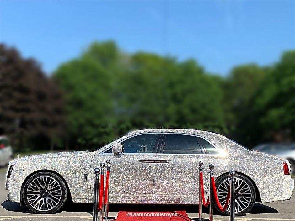 Un Rolls-Royce cubierto con 4 millones de cristales robó la atención del público en Manchester