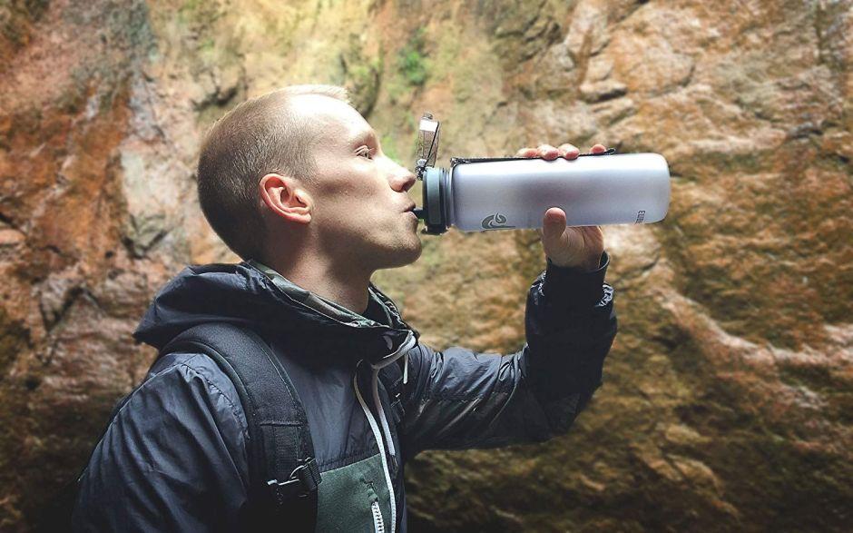 5 botellas de agua de 1 litro para ayudarte a beber la cantidad adecuada por día