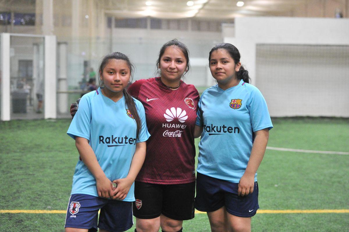 Hermanas invitan a su mamá y la vuelven portera de su equipo en Chicago