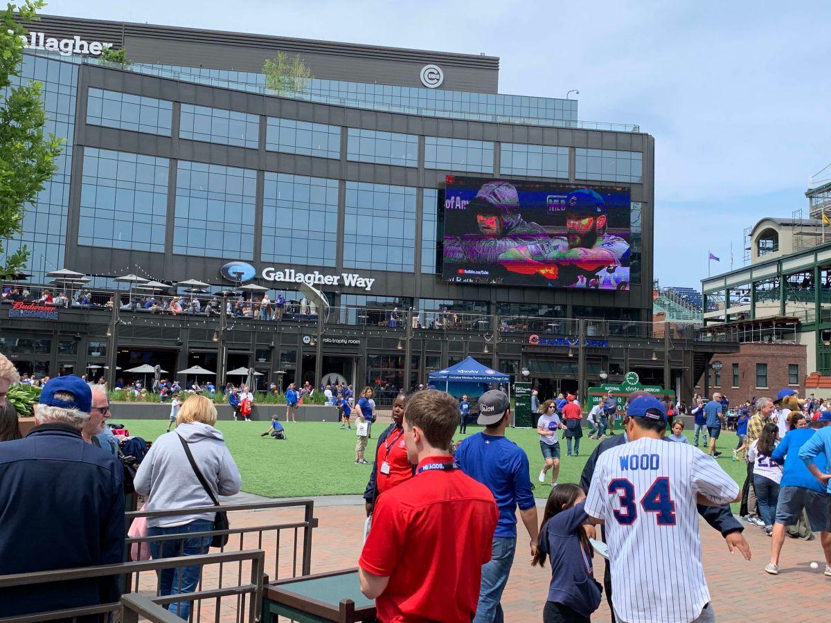 La pantalla en el exterior del estadio Wrigley Field transmitirá los juegos de la selección de Estados Unidos. (Javier Quiroz / La Raza)