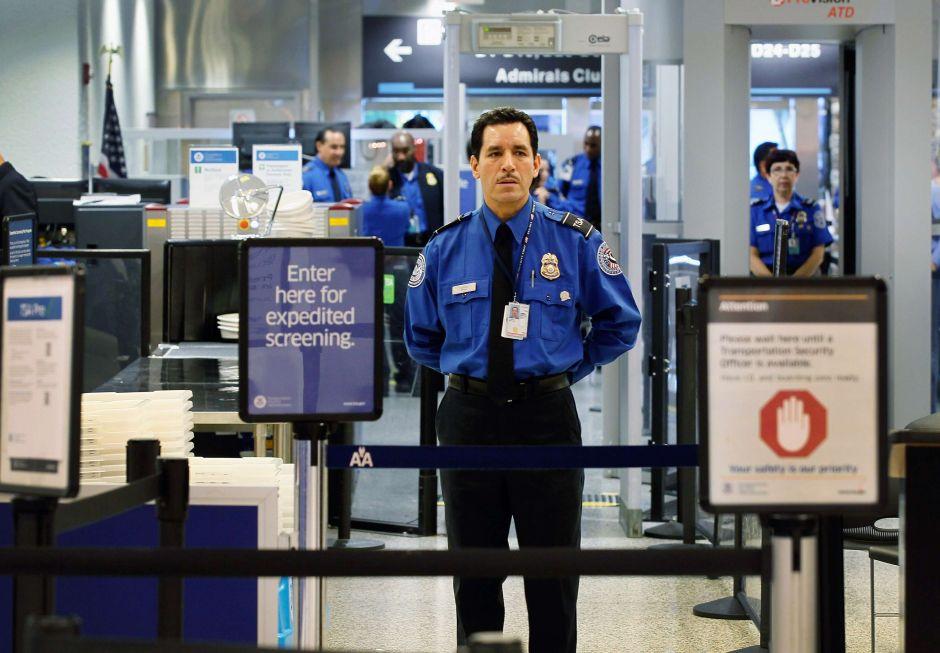 Migrantes pueden volar en avión sin necesidad de la ID obligatoria