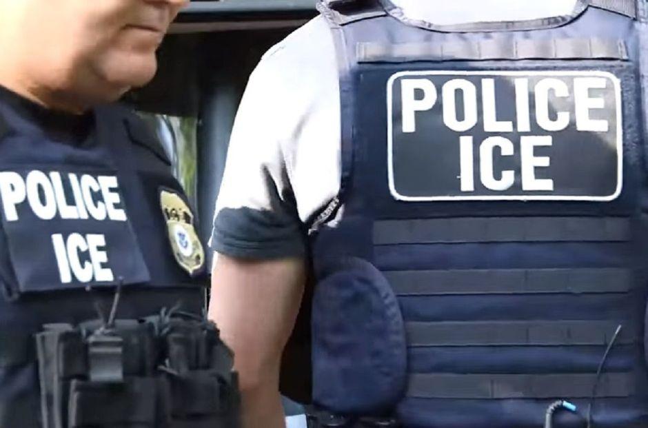 Bloquean sede de ICE en protesta contra las redadas anunciadas por Trump