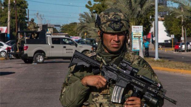 Cae un helicóptero en México tras una balacera. Deja un muerto y tres heridas