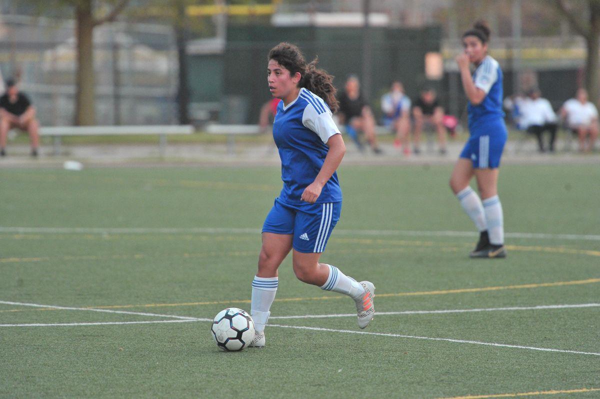 La policía Yasmin Carrera usa el futbol como herramienta de trabajo