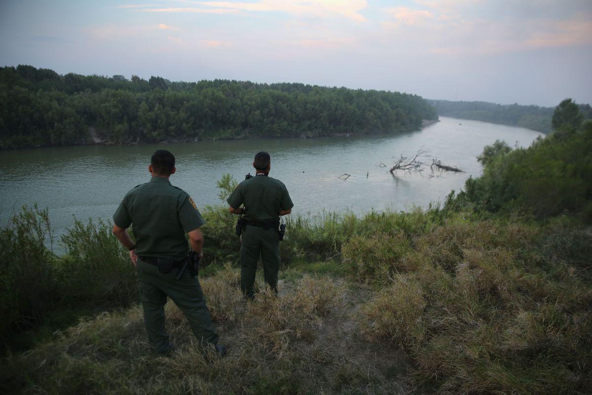 La Patrulla Fronteriza vigila por personas tratando de cruzar el peligroso río.