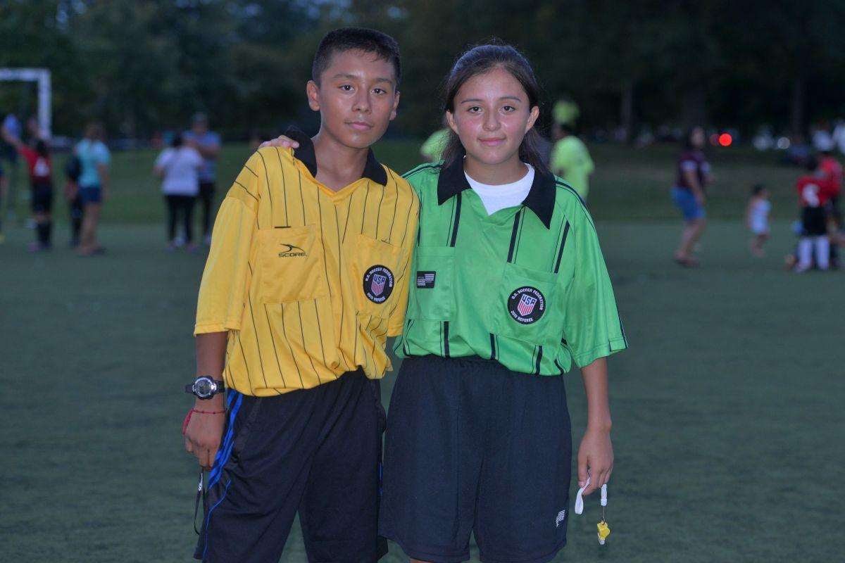 Los hermanos Alexander y Yuzim Valencia debutaron este año como árbitros certificados. (Javier Quiroz / La Raza)