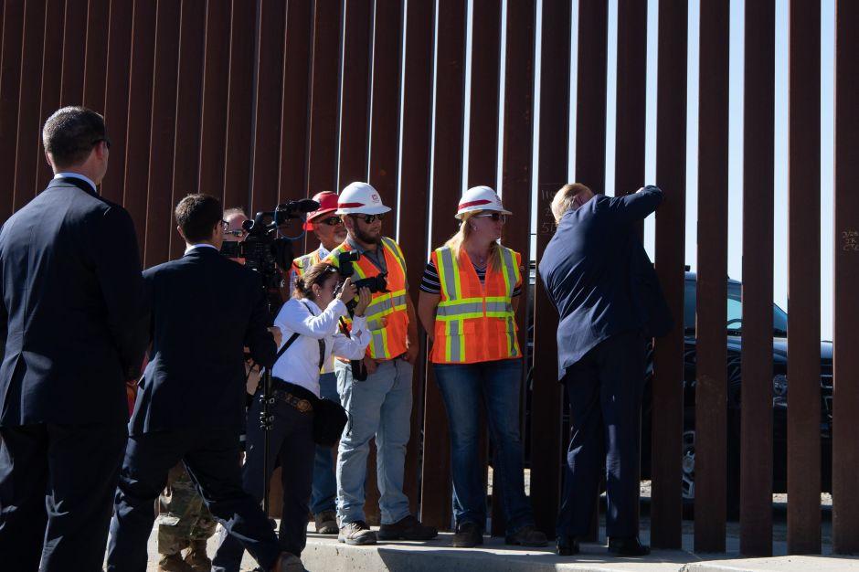 Trump firma el muro en la frontera durante su visita a Otay Mesa