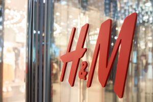 """H&M genera polémica por foto de modelo infantil de raza negra """"al natural"""""""