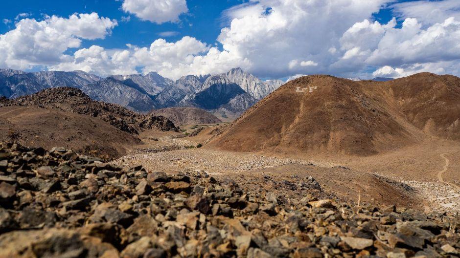 Encuentran misterioso esqueleto con zapatos y cinturón en montaña californiana
