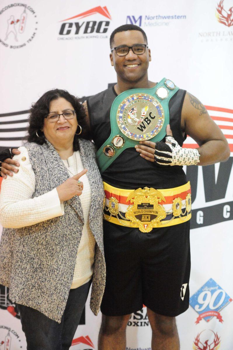 Sylvia del Raso, tesorera de Chicago Youth Boxing Club, con Dominicc Hardy. (Javier Quiroz / La Raza)