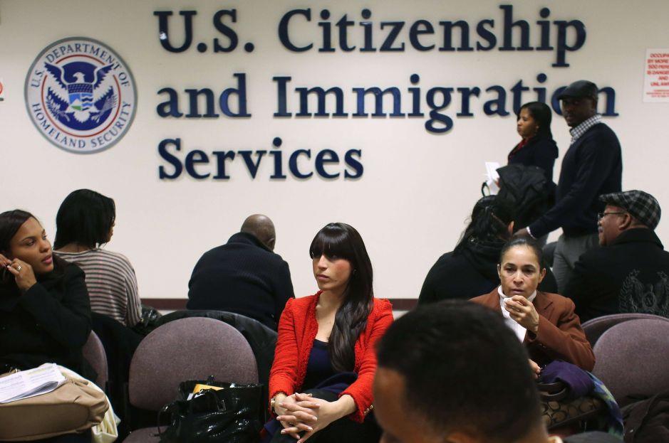 ¿Qué significa la nueva tarifa de USCIS de $10 dólares para visas de trabajo?