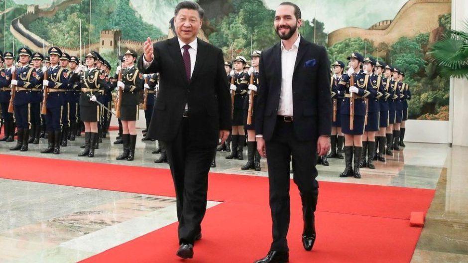 """Bukele visita China: el histórico acercamiento de El Salvador a Pekín y la """"gigantesca cooperación"""" que recibe a cambio"""