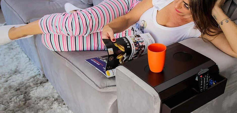 Las 4 mejores mesas multiusos para los apoyabrazos de tu sofá