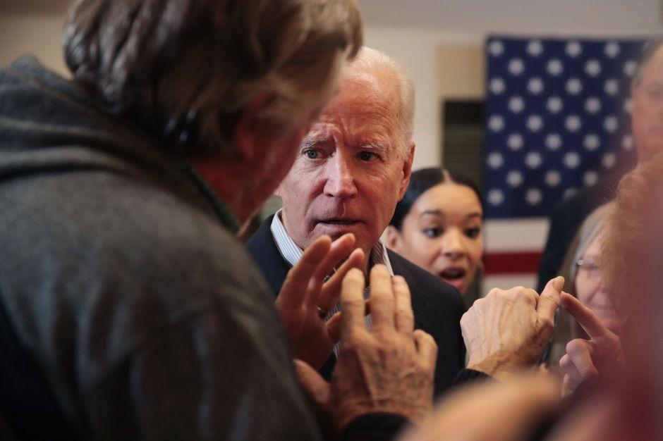 """Biden explota contra votante y lo llama """"maldito mentiroso"""". La razón: Ucrania y su hijo Hunter"""