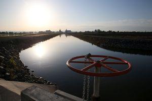 Dos jóvenes mueren electrocutados en un canal en California y sus familias reciben $14 millones