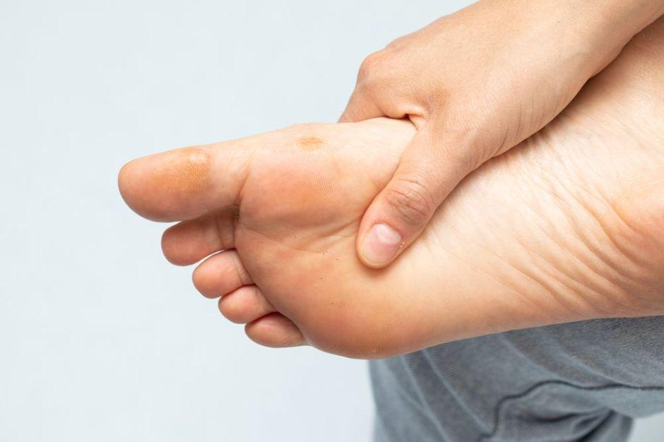 Los mejores 4 productos para suavizar los callos de los pies y mejorar su aspecto