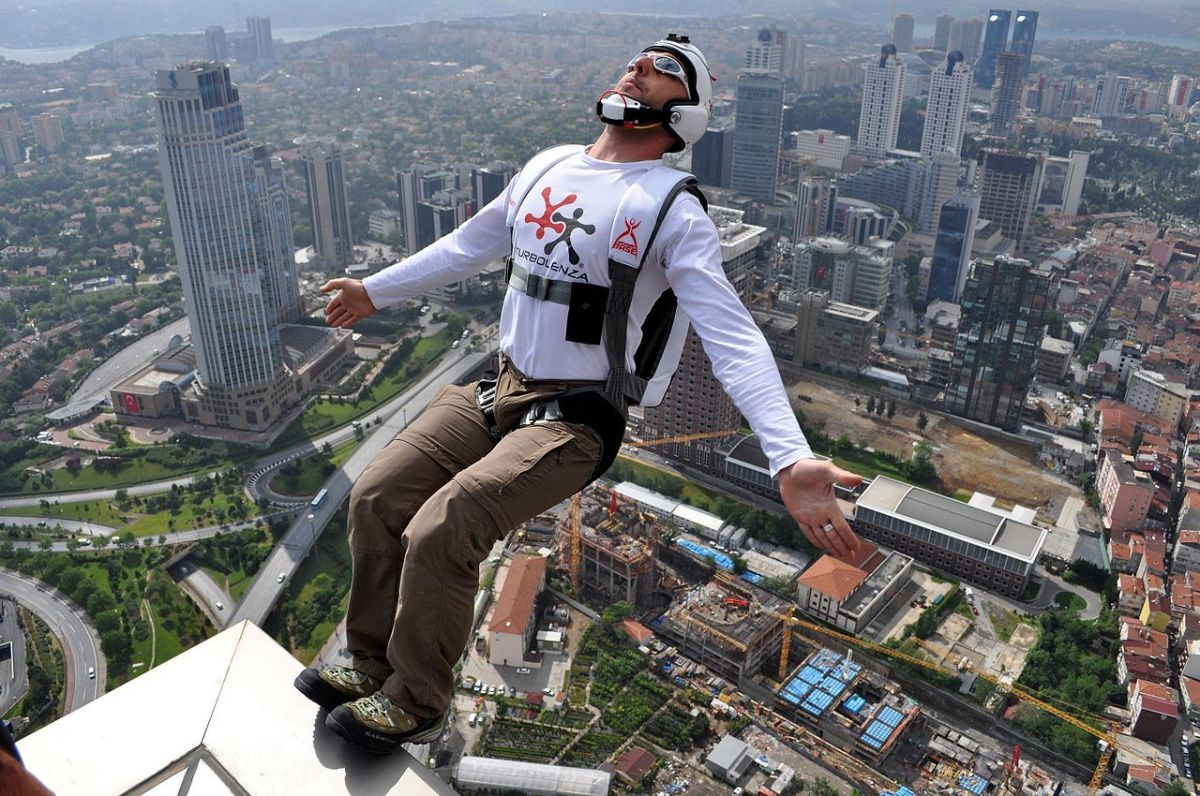 La foto muestra un salto BASE desde la Torre de Zafiro en Estambul durante Probase Birden Sapphire Showdown.