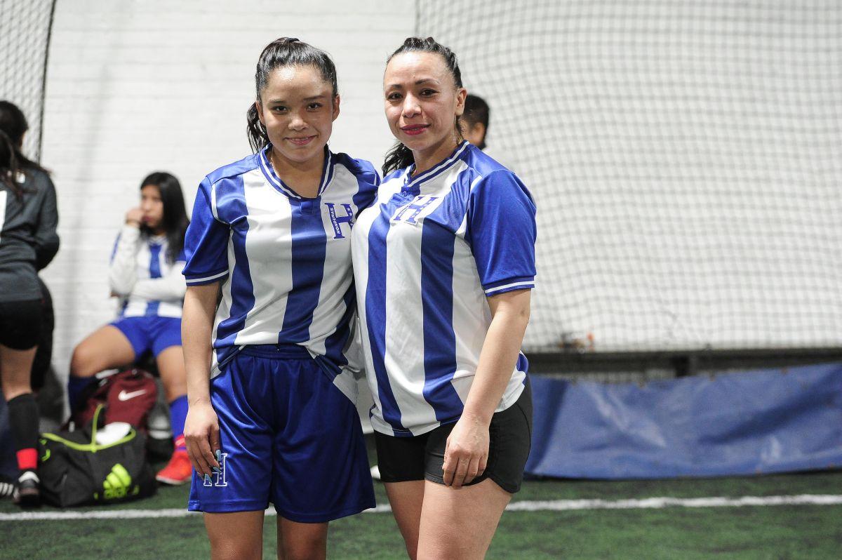 Madre e hija empiezan el año jugando futbol