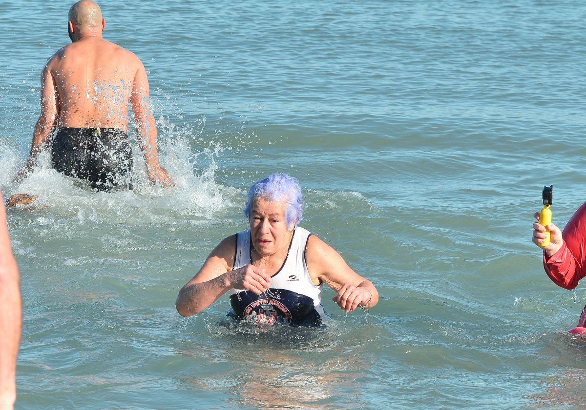 Abuelita arranca 2020 derrotando el frío de Chicago