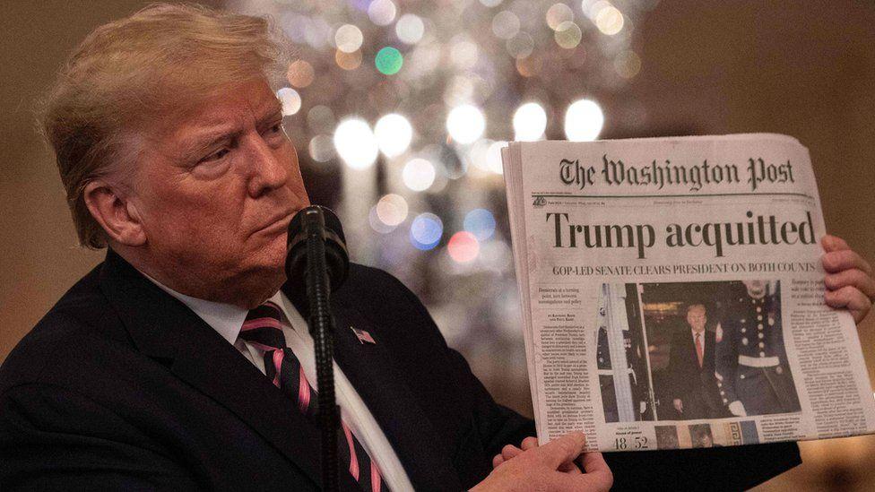 """""""Absuelto"""". Trump mostró uno de los diarios que reseñaron el resultado del juicio."""