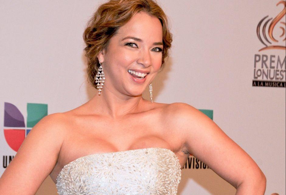Adamari López más ardiente y sexy en Un Nuevo Día con un bello vestido bicolor
