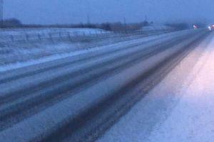 Vehículos patinando y autopistas cerradas son parte de los efectos de tormenta de nieve en varios estados de EEUU