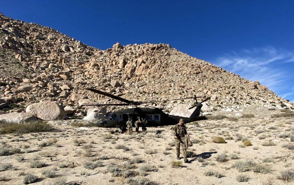 Black Hawk sobrevuela una zona agreste de la frontera para localizar a un inmigrante