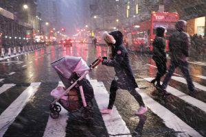 Tormenta invernal con fuertes nevadas y lluvias azota el noreste de EEUU