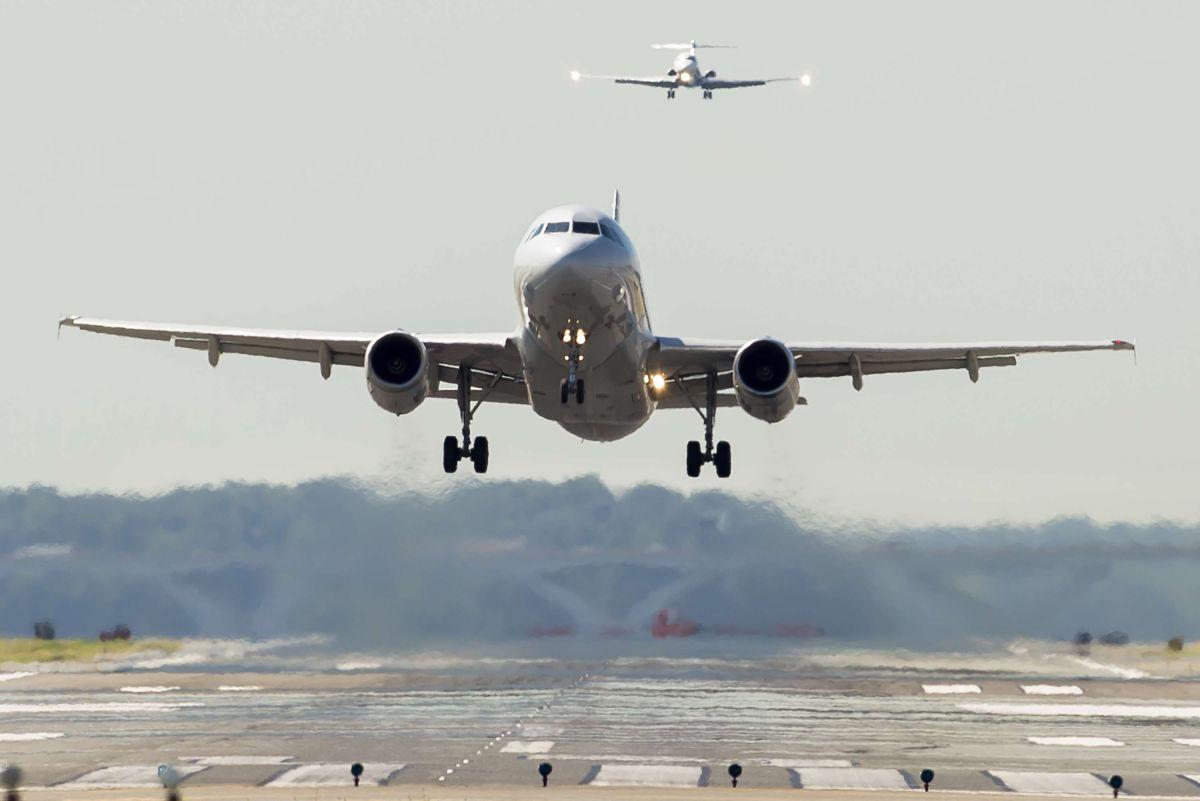 En la solicitud se plantea que los menores de 13 años deben estar sentados junto a sus padres en los aviones.
