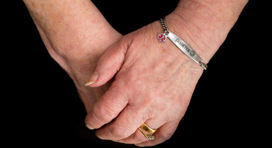4 brazaletes de alerta médica que serán de mucha ayuda en caso de emergencias
