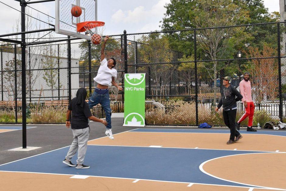 Alcaldía desmantela canchas deportivas para evitar reuniones de jóvenes durante cuarentena en Nueva York