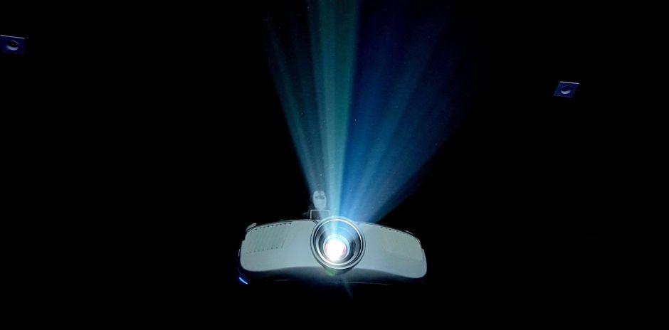 4 opciones de proyectores para hacer un cine en casa y ver películas en familia