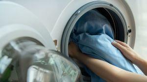 Cómo prevenir la propagación del COVID-19 cuando laves la ropa