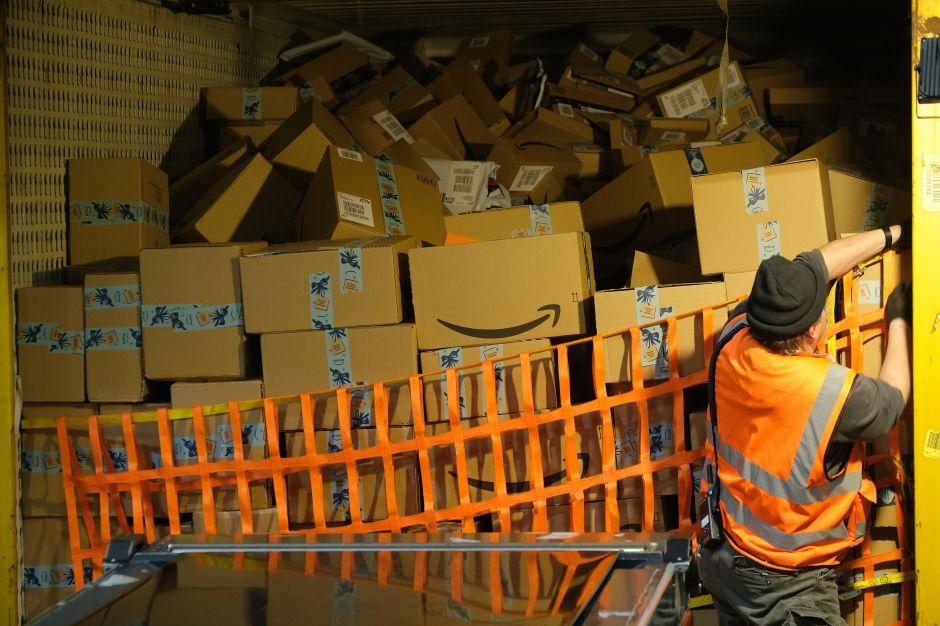 La temerosa jornada de un repartidor de Amazon y el coronavirus: 10 horas contrarreloj en camionetas mugrientas