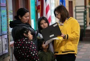 Maestros de CPS insisten para que las clases continúen de manera virtual en Chicago