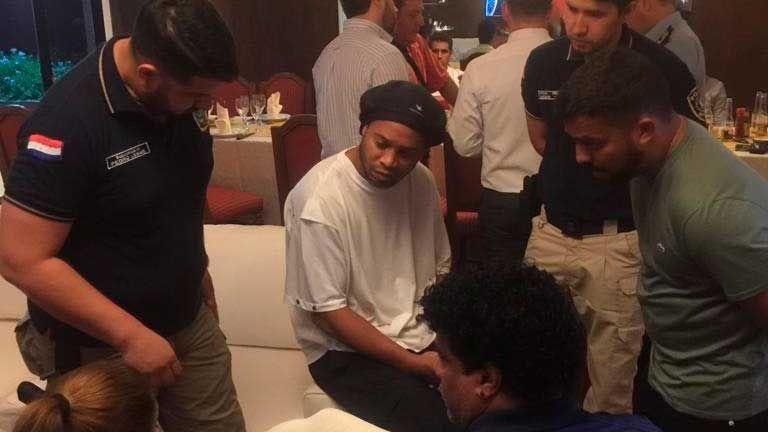 No, no es broma: Ronaldinho, arrestado en Paraguay por utilizar un pasaporte falso