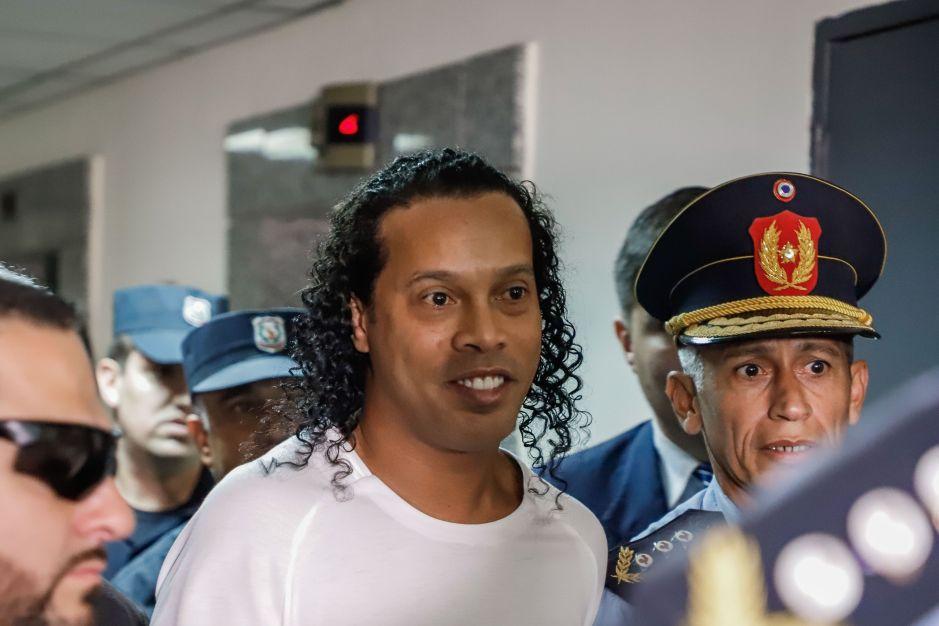 Ronaldinho tiene un nuevo pasatiempo en prisión: el fútbol-tenis lo mantiene ocupado y haciendo lo que más le gusta