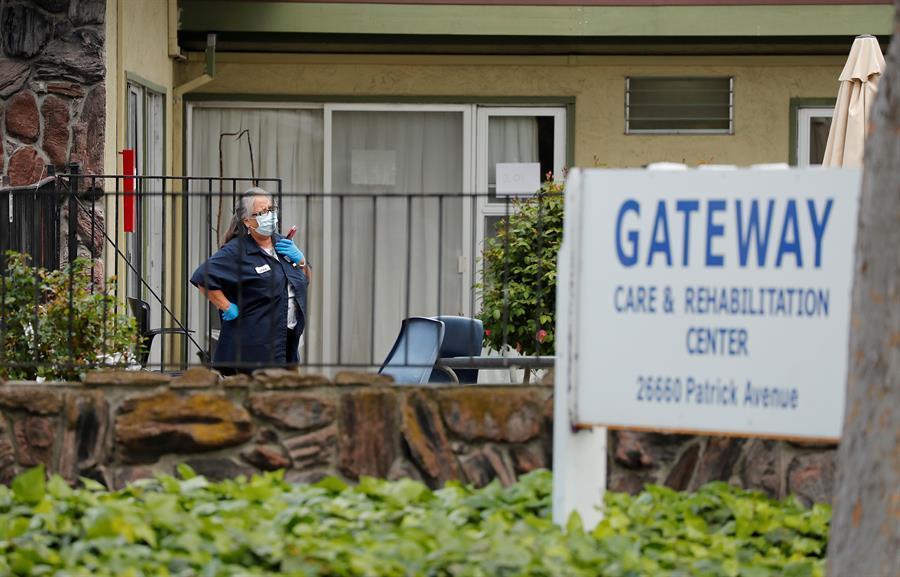 Una trabajadora del Gateway Care and Rehabilitation Center en Hayward, California.