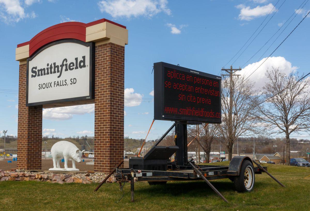 Un letrero en la planta de procesamiento de carne de  Smithfield Foods en Sioux Falls, Dakota del Sur.