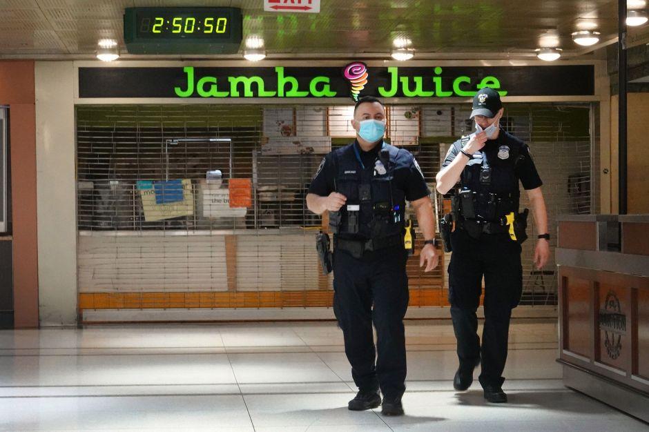 Video muestra balazos de policía a latino desarmado en el metro de Chicago