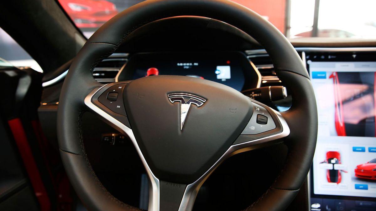 Tesla lanzó su actualización que revolucionará el piloto automático.