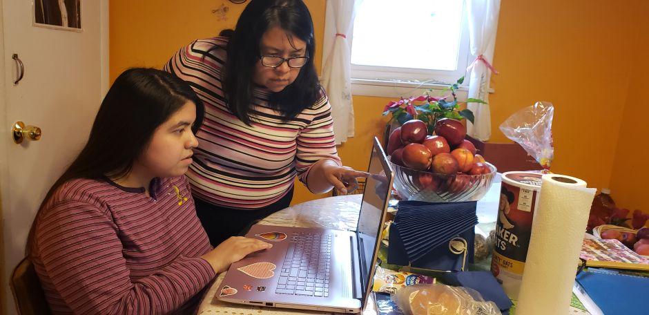 El desafío de estudiar desde casa para los estudiantes de Chicago durante la epidemia de coronavirus