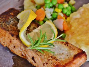 ¿Es bueno comer la piel del pescado?