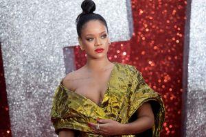 Rihanna se baja el vestido para demostrar que no lleva sostén y caldea Instagram