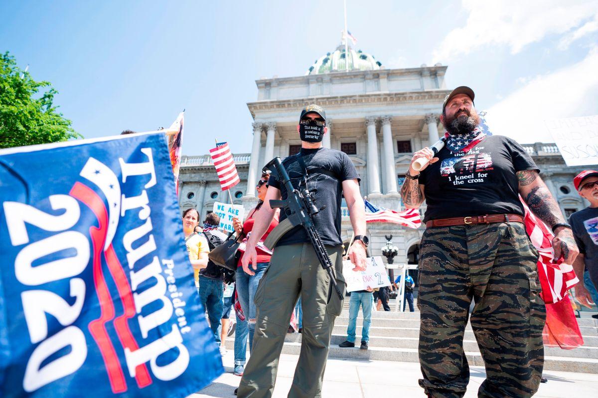 Manifestantes armados participan en una protesta en Harrisburg, Pennsylvania.