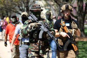 Manifestantes armados rechazan la cuarentena en Estados Unidos y portan ¡hasta lanzacohetes!