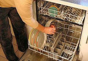 Cuál es la mejor forma de acomodar los utensilios en el lavavajillas para mejorar su performance