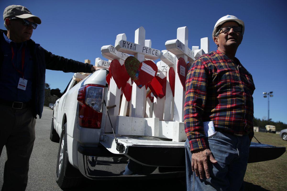 Muere de cáncer carpintero de Illinois que colocaba cruces en lugares de tragedias